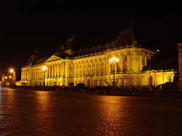 Королевский дворец ночью