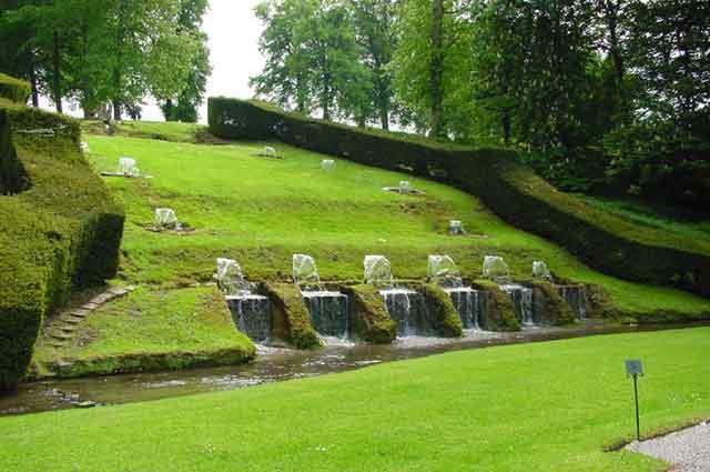 Фонтаны в парке замка в Annevoie
