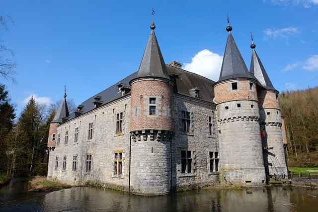 Замок Spontin, вид с воды