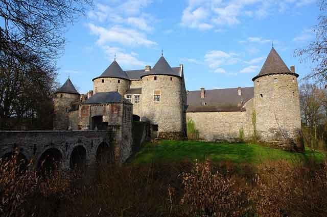 Замок Corroy-le-Chateau