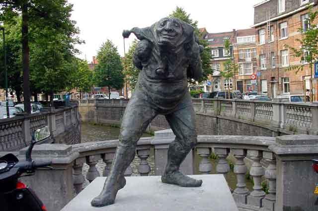 Статуя Paep Thoon в Leuven