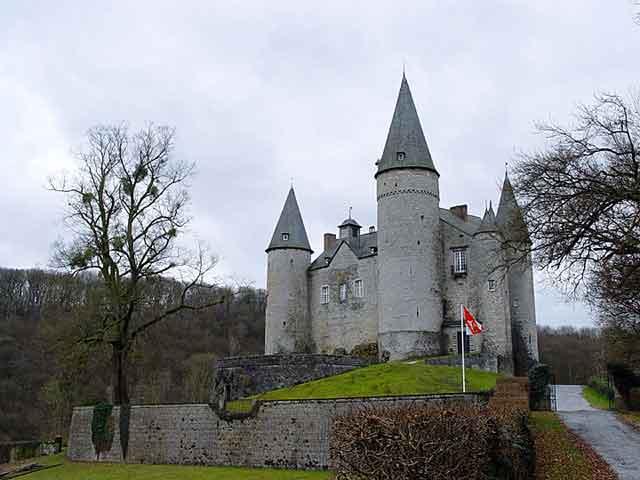 Замок Veves-Celles в Валлонии - XV век